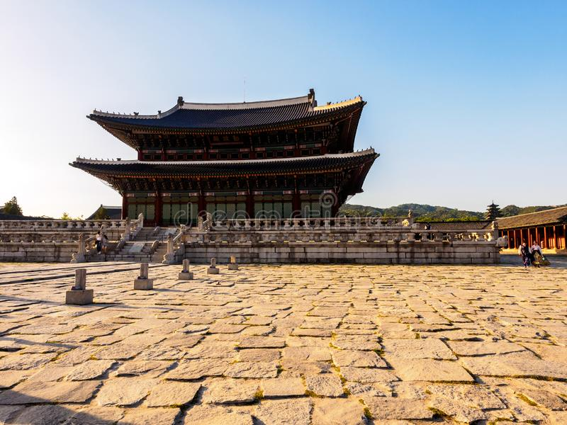 Seul, Coreia do Sul - 3 de junho de 2017 : Jovens casais de vestuário tradicional colorido - Hanbok visitando o Palácio Gyeongbok imagens de stock