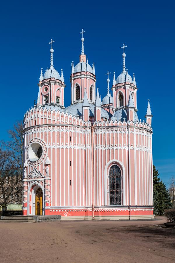 Seul détachée l'église rouge et blanche de Chesme dans le St Petersbourg, Russie dans un jour ensoleillé sur le fond du ciel bleu image libre de droits