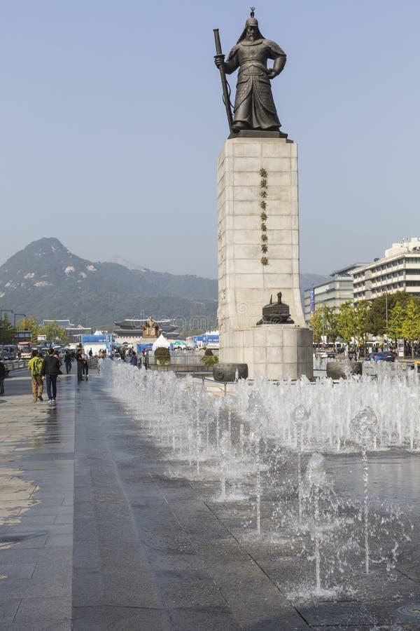 SEUL - 21 DE OCTUBRE DE 2016: Estatua de almirante Yi Sunsin en Gwanghw imagen de archivo libre de regalías