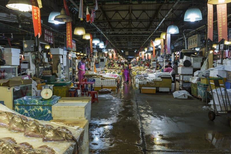 SEUL - 23 DE OCTUBRE DE 2016: Opinión compradores en Noryangjin Fisheri fotos de archivo