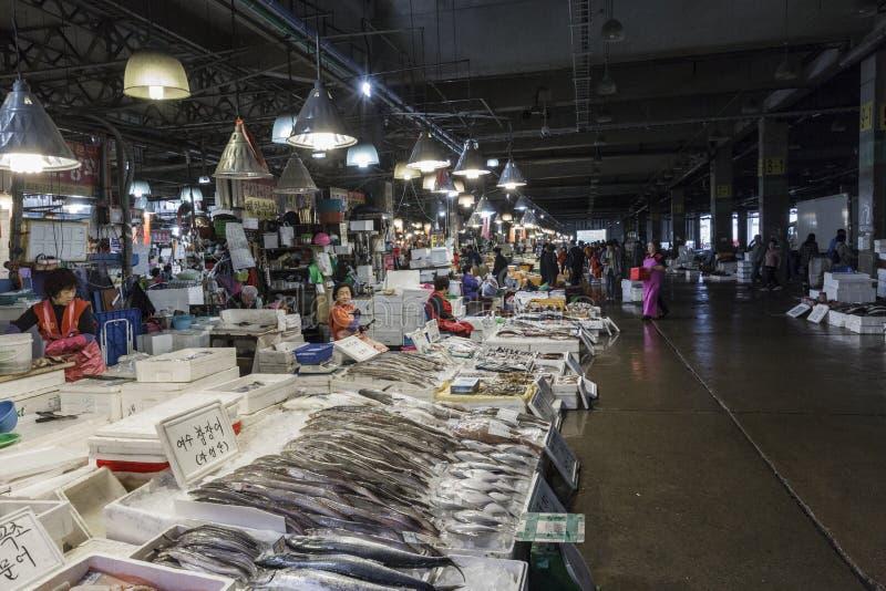 SEUL - 23 DE OCTUBRE DE 2016: Opinión compradores en Noryangjin Fisheri fotografía de archivo