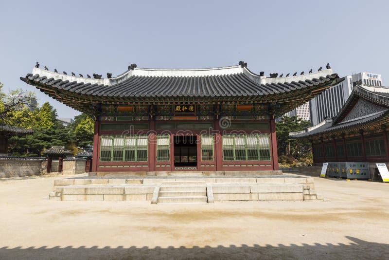 SEUL - 21 DE OCTUBRE DE 2016: Palacio de Deoksugung en Seul, Kore del sur foto de archivo