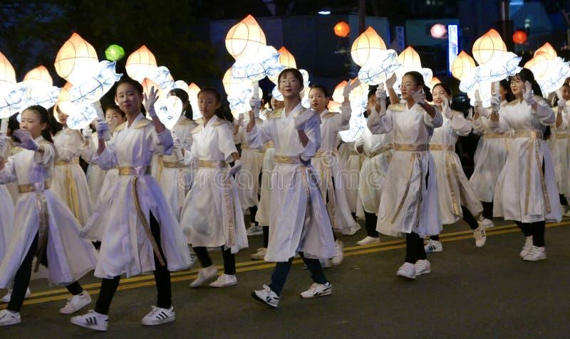 Seul, el Sur Corea 29 de abril de 2017: Los ejecutantes participan en un desfile de la linterna para celebrar cumpleaños del ` s  foto de archivo