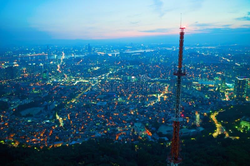 Seul en la noche fotografía de archivo
