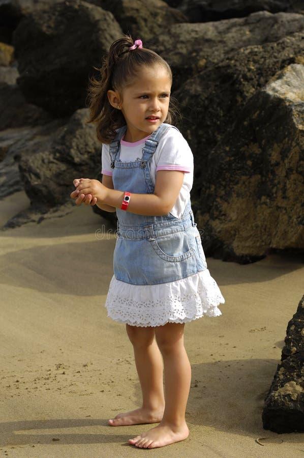 Seul enfant sur la plage photos stock
