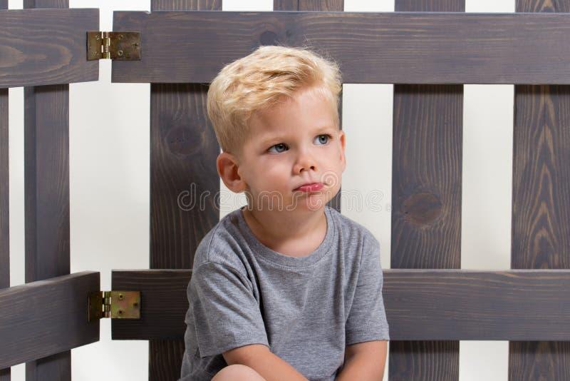 Seul enfant triste de garçon photographie stock libre de droits
