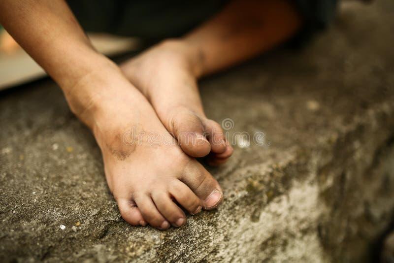 Seul enfant triste sur une rue photo libre de droits