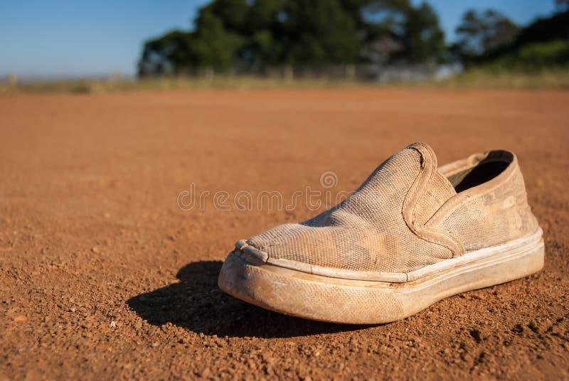 Seul gravier utilisé de saleté de chaussure jeté image libre de droits