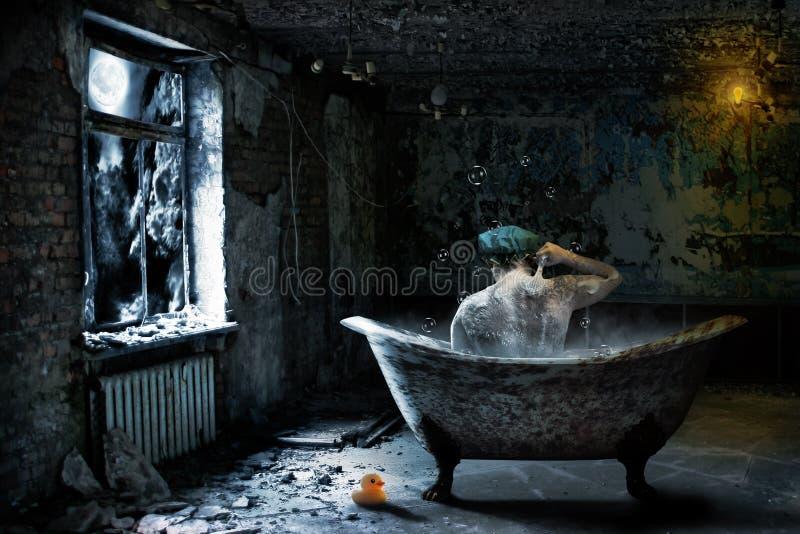 Seul homme dans la salle de bains abandonnée photographie stock libre de droits