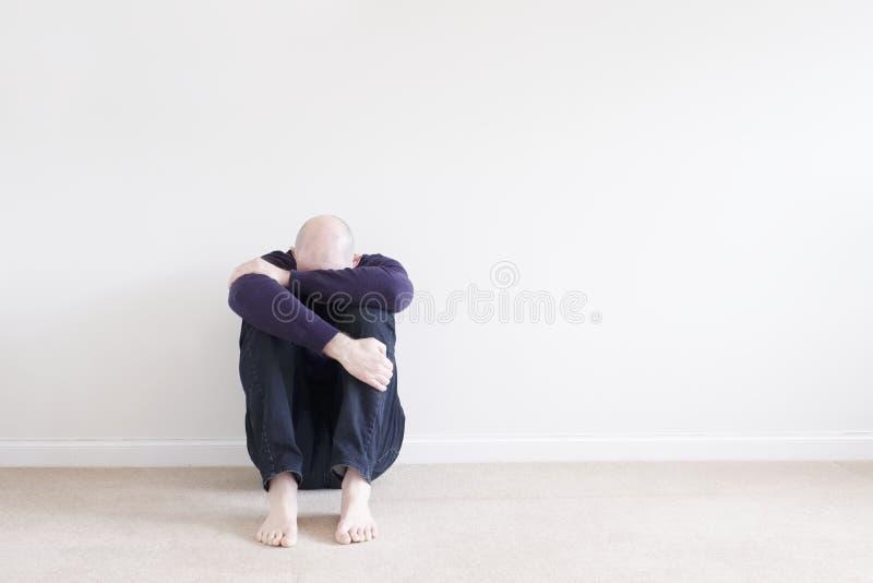 Seul homme simple de conscience de santé mentale s'asseyant photo stock