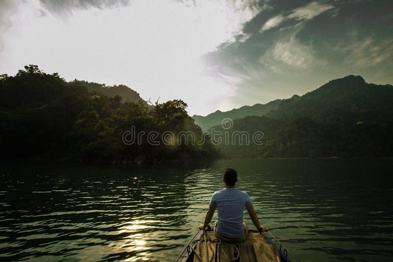 Seul homme sur le bateau photo libre de droits
