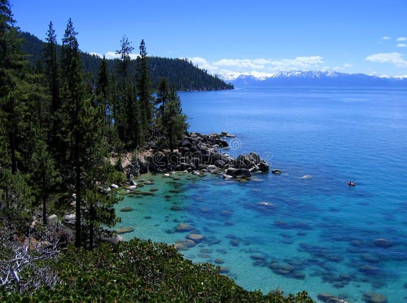 Seul kayaker sur joli Lake Tahoe images libres de droits