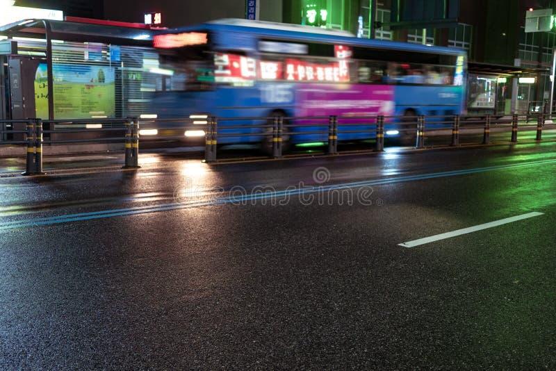 Seul, korea południowa - 30 10 18: autobus przechodzi przez nocy ulicy fotografia royalty free