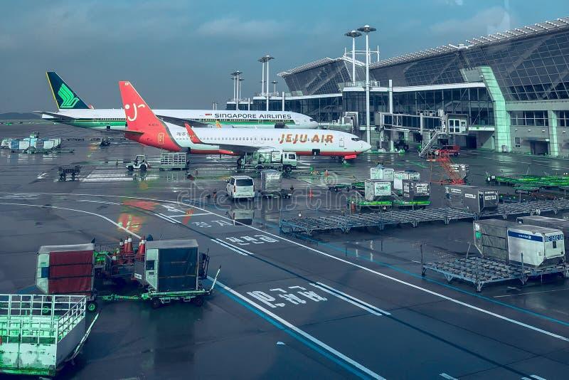 Seul, korea południowa - 03 13 2019: dwa samolotu przy lotniskiem przygotowywają latać zdjęcia stock