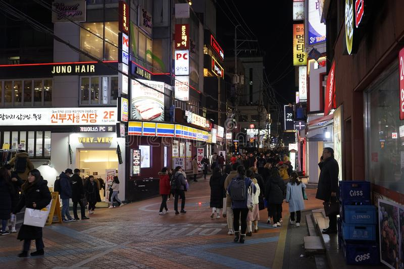 Seul, korea południowa - 9 2019 Styczeń: ulica Gangnam stacji teren przy nocą fotografia stock