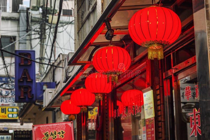 Seul, korea południowa, 12/30/2017: Uliczne czerwone światło piłki Powierzchowność kawiarnie i restauracje Zako?czenie zdjęcia royalty free