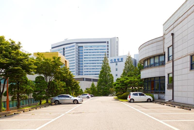 SEUL KOREA, SIERPIEŃ, - 12, 2015: Główny kampus odłączanie szpital Yonsei uniwersytet - prestiżowy ekskluzywnego szpital w Seul,  obrazy stock