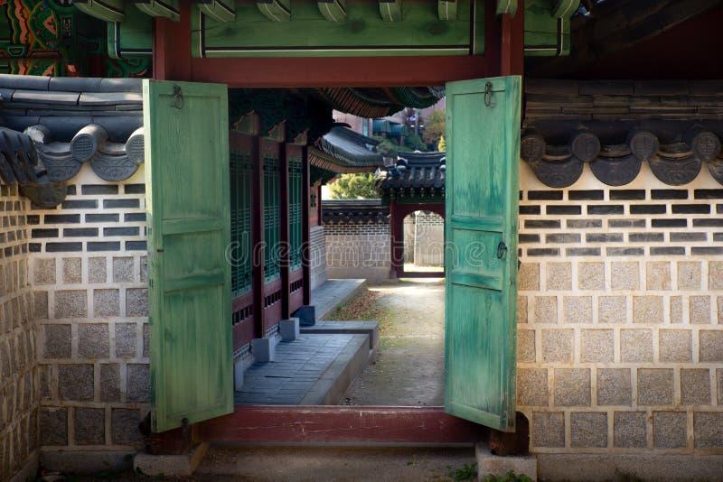 Seul, południe Korea-06/ 11 2016: Widok od drzwi w Seul pałac królewskim fotografia stock