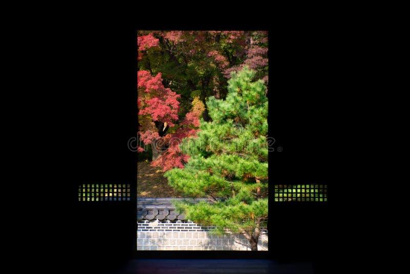 Seul, południe Korea-06/ 11 2016: Widok okno w Seul pałac królewskim obraz stock