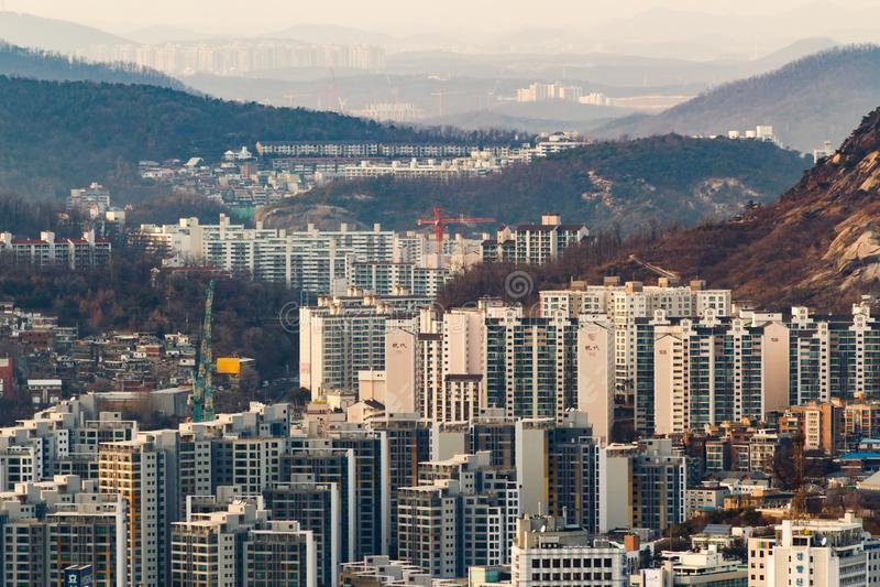 SEUL POŁUDNIOWY KOREA, JAN, - 22, 2018: Antena strzał Seul linia horyzontu od Namsan parka przy zmierzchem z zanieczyszczającym p obrazy stock