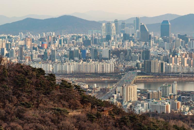 SEUL POŁUDNIOWY KOREA, JAN, - 22, 2018: Antena strzał Seul linia horyzontu od Namsan parka z autostradą i rzeką zanieczyszczał po obrazy royalty free