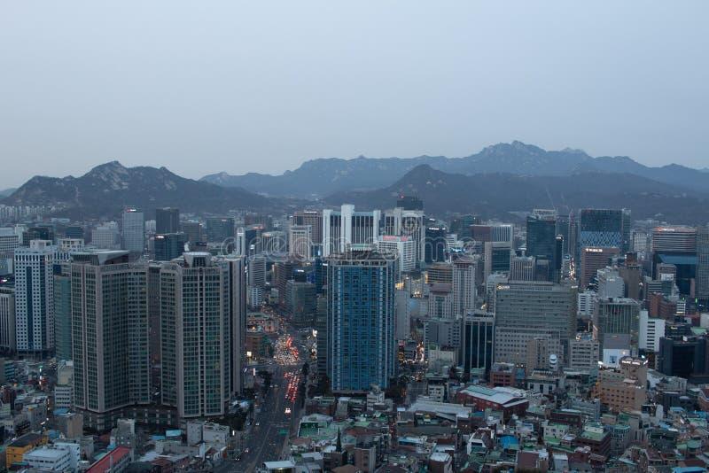 SEUL POŁUDNIOWY KOREA, JAN, - 21, 2018: Antena strzał Seul zanieczyszczenie powietrza od Namsan parka przy błękitną godziną i lin fotografia royalty free
