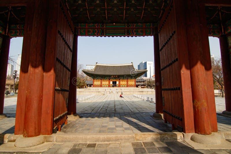 SEUL POŁUDNIOWY KOREA, JAN, - 21, 2018: Deoksugung główny budynek obramiający z czerwonym drzwi w Seul obraz royalty free
