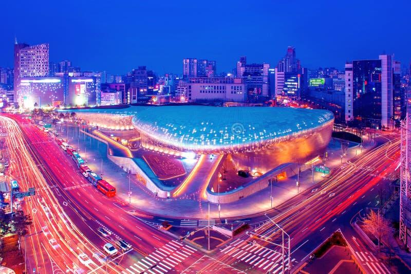 SEUL POŁUDNIOWY KOREA, LUTY, - 4: Dongdaemun projekta plac zdjęcie stock