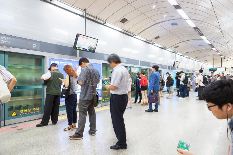 SEUL POŁUDNIOWY KOREA, MARZEC, - 28, 2017: Ludzie stoi w linii na metro platformie i czeka ich pociąg przychodzić - Seul, fotografia royalty free