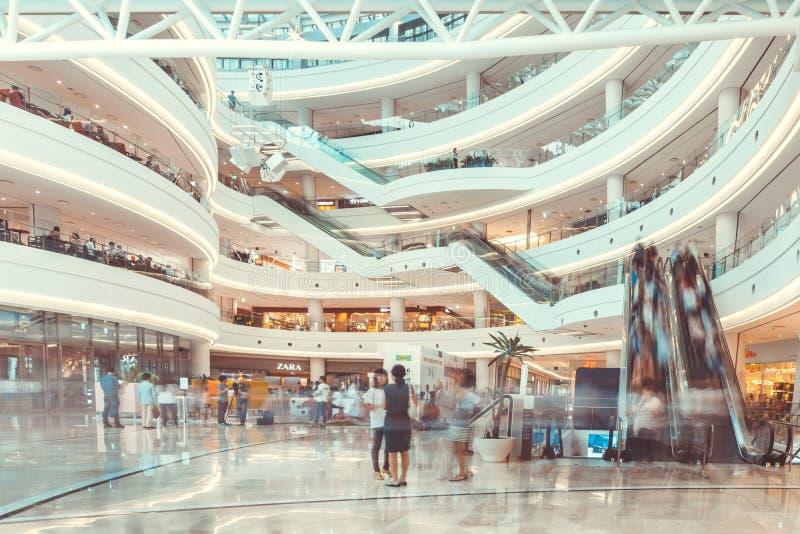 SEUL POŁUDNIOWY KOREA, SIERPIEŃ, - 17, 2015: Udziały shoping w ` times square centrum handlowego ` ludzie robi zdjęcia stock