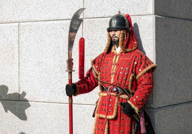 Seul, Południowy Korea Styczeń 11, 2016 ubierał w tradycyjnych kostiumach od Gwanghwamun bramy Gyeongbokgung pałac strażnicy fotografia stock