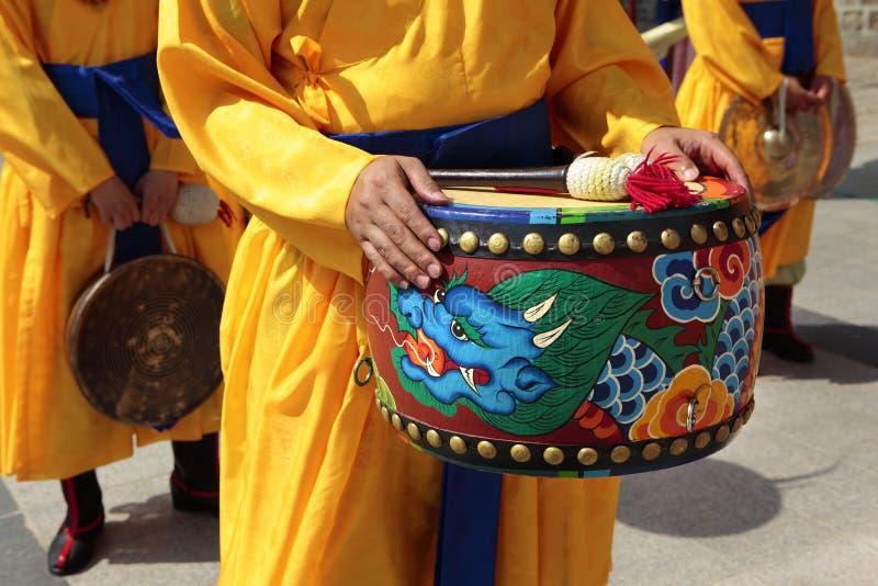 Seul, Południowy Korea, tradycyjna parada królewski strażowy bęben obrazy royalty free