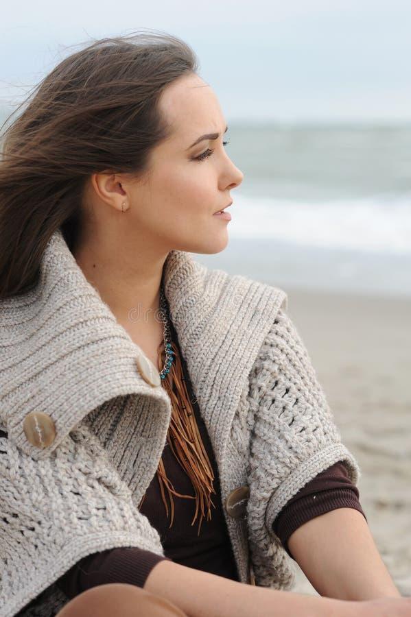 Seul portrait calme de femme sur une plage de mer image stock