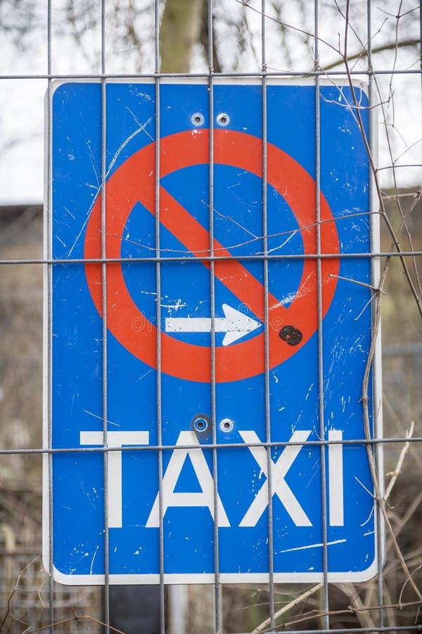 Seul poteau de signalisation de taxi allemand image stock