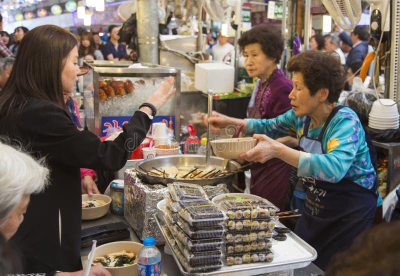 Seul, republika Korea - 5 2015 Maj: Ludzie queing i kosztuje obraz royalty free