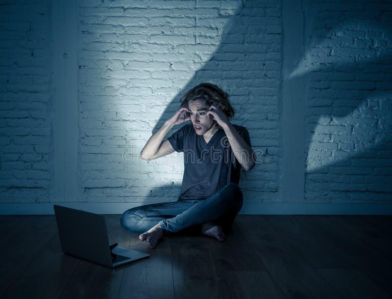 Seul se reposer de intimidation de cyber d'Internet de douleur d'homme d'adolescent avec sentiment d'ordinateur d?sesp?r? photographie stock libre de droits
