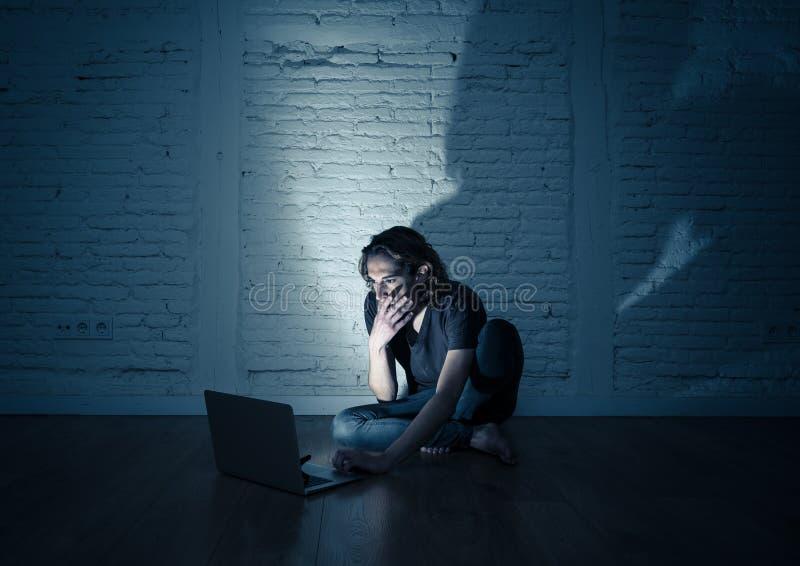 Seul se reposer de intimidation de cyber d'Internet de douleur d'homme d'adolescent avec sentiment d'ordinateur d?sesp?r? photos libres de droits