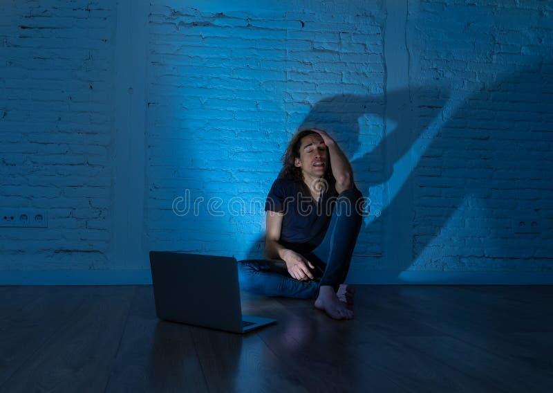 Seul se reposer de intimidation de cyber d'Internet de douleur d'homme d'adolescent avec sentiment d'ordinateur d?sesp?r? photo stock