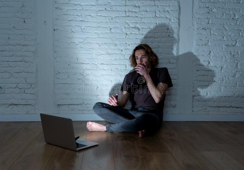 Seul se reposer de intimidation de cyber d'Internet de douleur d'homme d'adolescent avec sentiment d'ordinateur d?sesp?r? photographie stock