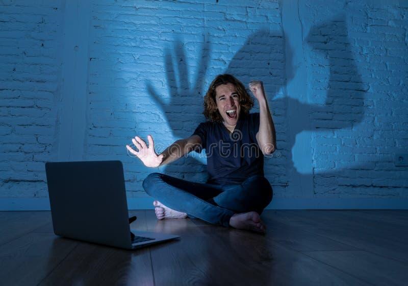 Seul se reposer de intimidation de cyber d'Internet de douleur d'homme d'adolescent avec sentiment d'ordinateur d?sesp?r? photos stock