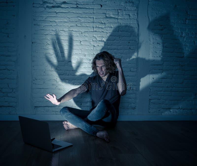 Seul se reposer de intimidation de cyber d'Internet de douleur d'homme d'adolescent avec sentiment d'ordinateur d?sesp?r? images stock