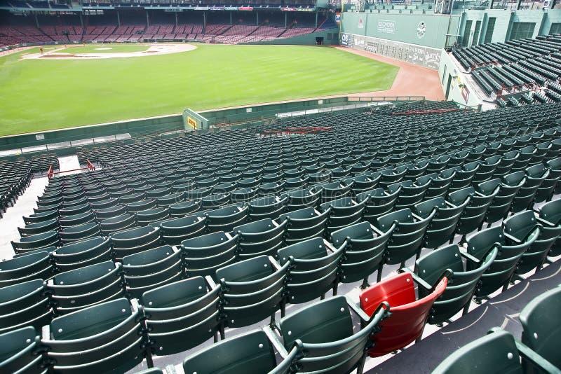 Seul siège rouge au stationnement de Fenway à Boston, mA image libre de droits