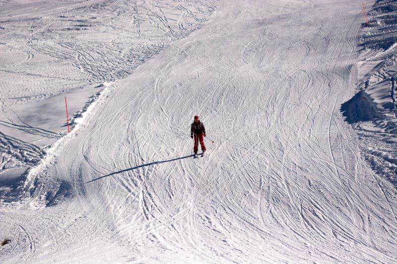 Seul ski un beau jour ensoleillé photo libre de droits