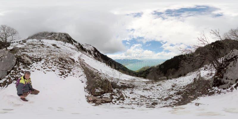 Seul trekking de randonneur en montagnes d'Alpes de la Suisse photo libre de droits