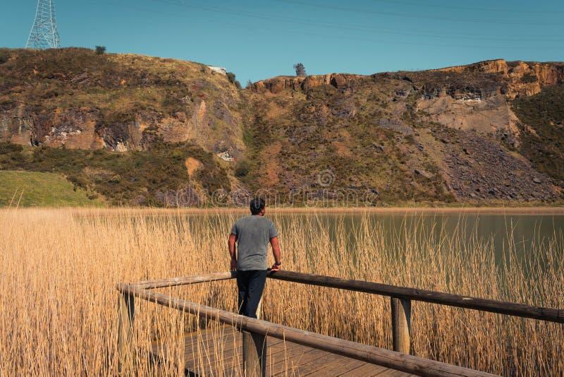 Seul un jeune homme sur un lac, portrait, arboleda de La, pays Basque photos stock