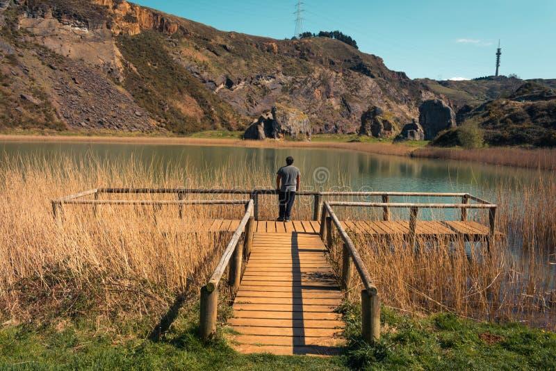 Seul un jeune homme sur un lac, portrait, arboleda de La, pays Basque image libre de droits
