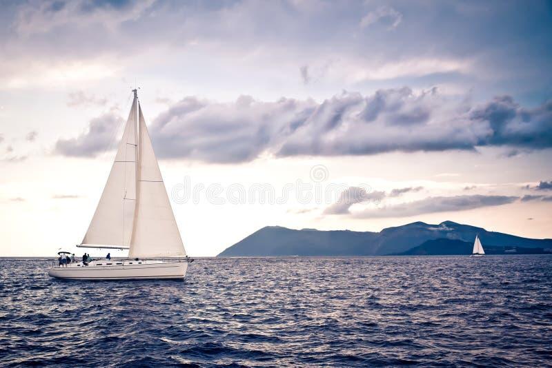 Seul yacht de bateau de navigation images libres de droits