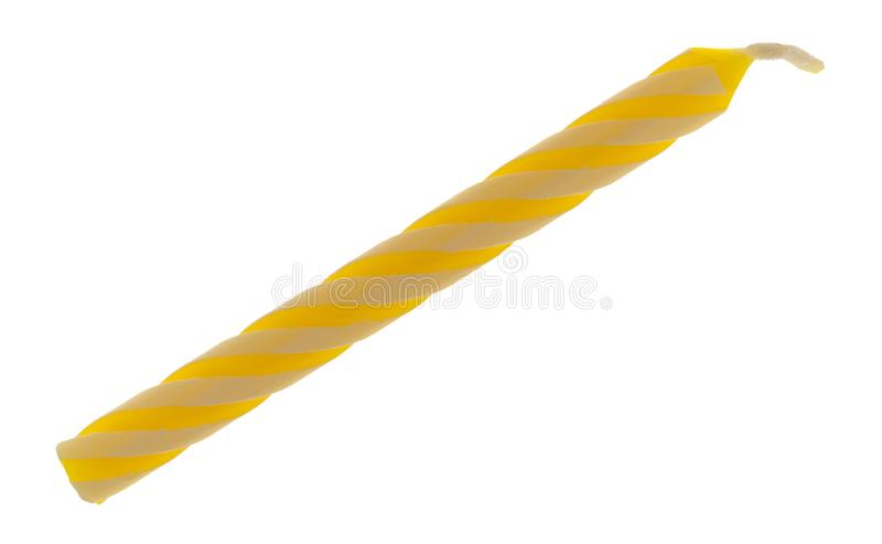 Seule bougie en spirale jaune d'anniversaire sur un fond blanc image stock