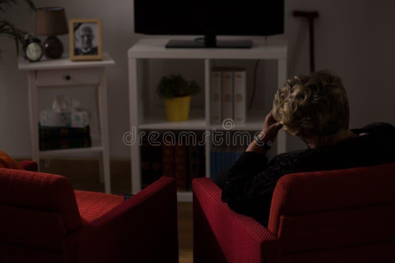 Seule femme seule à la maison photos libres de droits