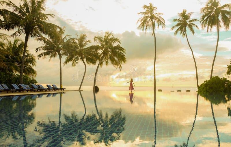 Seule fille dansant sur le bord de la piscine images libres de droits